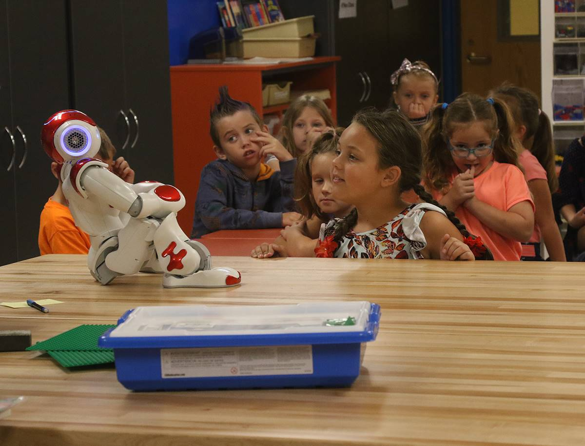 Sid the NAO robot speaks with second graders